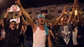 Los manifestantes se enfrentan a la policía durante una manifestación contra la corrupción, la represión y el desempleo en la ciudad norteña de Al Hoceima, el 30 de mayo de 2017