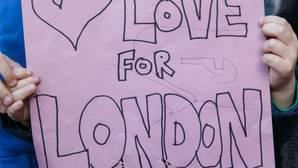 Un niño sostiene una pancarta para homenajear a las víctimas del atentado de Londres