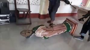 Imagen de los terroristas de Daesh, golpeando la imagen de un santo