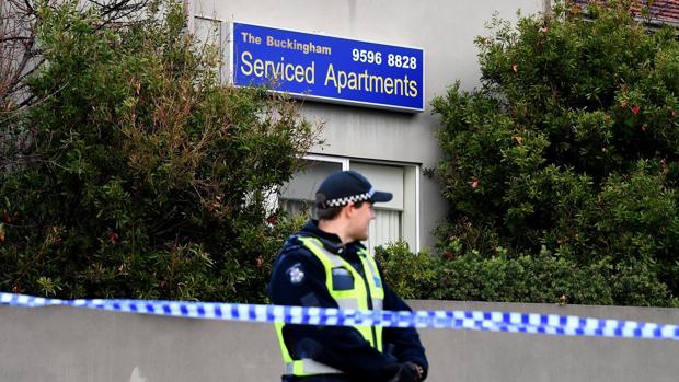 Un policía vigila frente a los Buckingham Serviced Apartments en Brighton en Melbourne