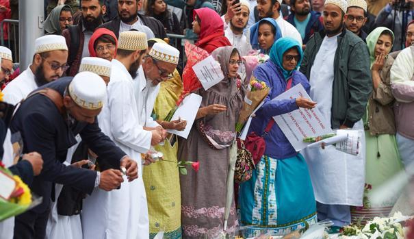 Miembros de una comunidad musulmana rinden tributo a las víctimas del último atentado en Londres