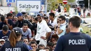 Imagen de archivo de inmigrantes a la espera de cruzar desde Austria a Alemania en 2015