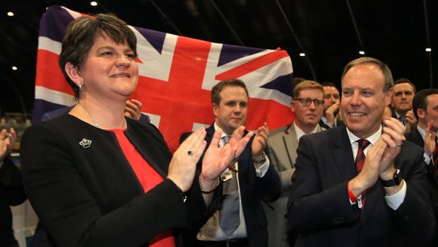 Arlene Foster, líder del DUP, en Belfast con otros unionistas durante la noche electoral