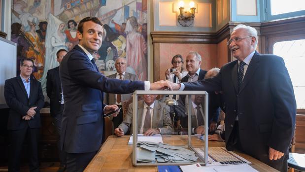 Emmanuel Macron deposita voto en la primera vuelta de las elecciones legislativas en Francia