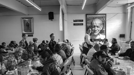Inmigrantes y deportados acuden cada mañana al comedor salesiano para desayunar y recibir apoyo