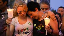Dos mujeres se abrazan tras la tragedia en Orlando