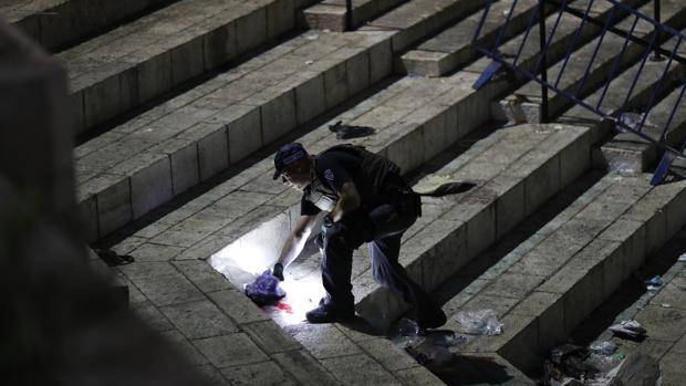 La Policía limpia la zona del ataque en el que una agente de Fronteras ha muerto