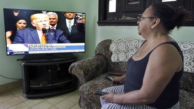 Una cubana sigue el discurso de Trump, este viernes en su casa de La Habana