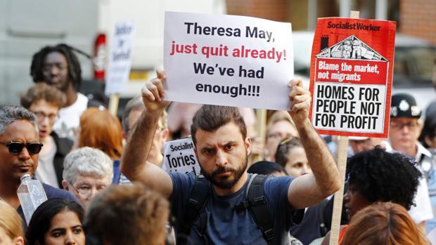 May recibirá a las víctimas del incendio de la torre de Londres entre críticas y manifestaciones