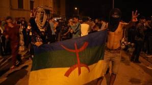 Dos jóvenes sostienen el pasado viernes una bandera amazig en una de las protestas en Alhucemas
