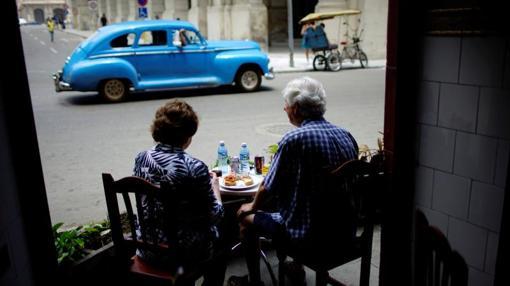 Turistas en un restaurante de La Habana