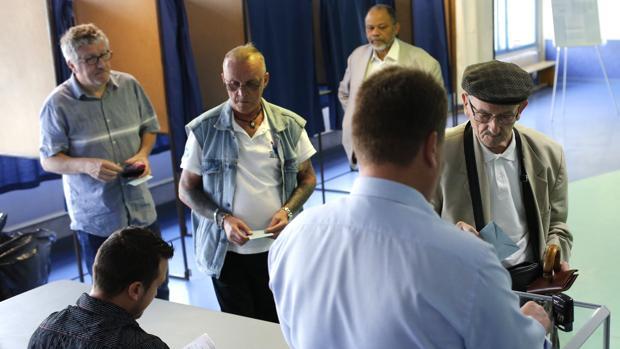 Primeros votantes en los colegios galos