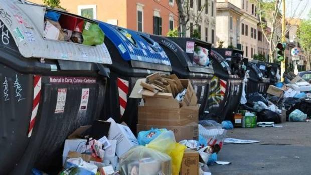 Basura acumulada en contenedores de Roma