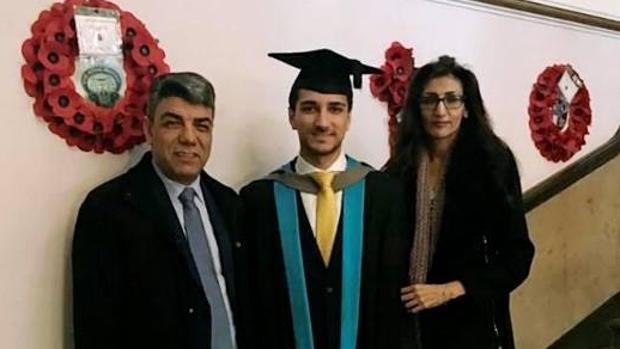 El joven Shekeb Neda junto a sus padres