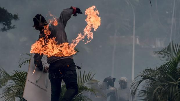 Disuelven con disparos una nueva marcha opositora en Caracas en el día 80 de protestas
