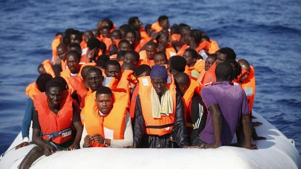 Fotografía cedida hoy, 20 de octubre de 2016, por la Crus Roja Italiana (CRI), que muestra una operación de rescate de inmigrantes en el Mar Mediterráneo