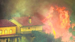 Casas devoradas por las llamas