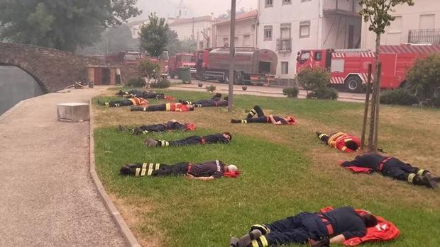 Facebook: La fotografía viral que muestra el agotamiento de los bomberos de Portugal tras el incendio