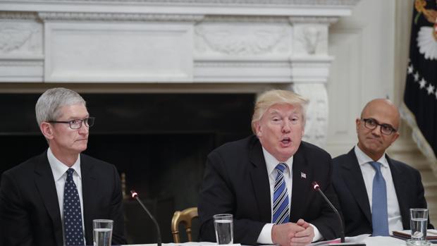 Trump critica la «anticuada tecnología» federal en una reunión con Silicon Valley