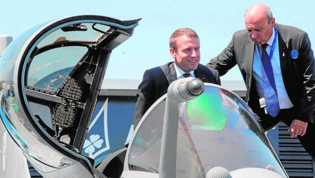 Emmanuel Macron se baja ayer de un avión Rafale en el Salón Aeronáutico de Le Bourget