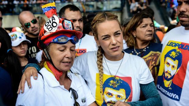 Lilian Tintori (centro), esposa del opositor venezolano Leopoldo López, durante las protestas de Caracas