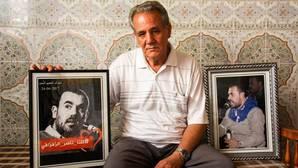 Ahmed Zafzafi posa para ABC en su domicilio de Alhucemas con fotos de su hijo Nasser
