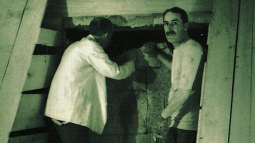 Howard Carter, a la derecha, en la tumba de Tutankamón