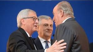 Don Juan Carlos junto al presidente de la Comisión Europea (izda) y el presidente del Parlamento Europeo (centro)