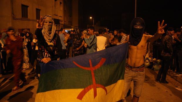 La policía marroquí persigue a los manifestantes hasta dentro del mar