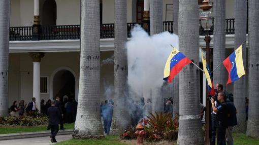 Ataque con pirotecnia y gases lacrimógenos a la sede del Legislativo