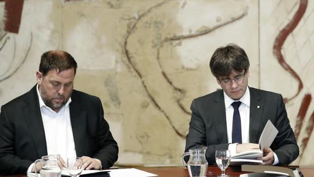 El vicepresidente de la Generalitat, Oriol Junqueras, y el presidente de la Generalitat de Cataluña, Carles Puigdemont