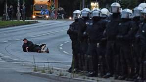 Policía antidisturbios durante las protestas contra el G20 en el Schanzenviertel en Hamburgo (Alemania)