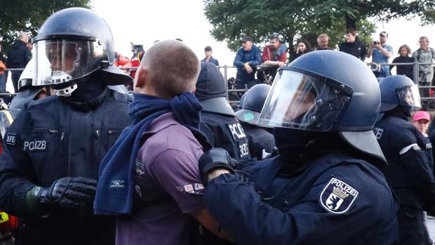 Un manifestante es detenido por la policía