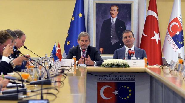 La Eurocámara pide suspender la adhesión de Turquía si aplica su polémica reforma constitucional