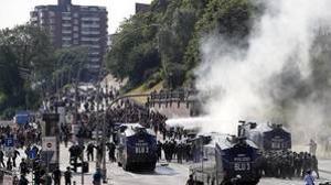 La policía alemana emplea cañones de agua para dispersar a cientos de manifestantes que protestan contra la cumbre del G20