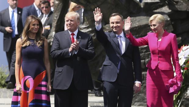 El presidente estadounidense, Donald J. Trump, su esposa, Melania Trump; el presidente polaco, Andrzej Duda, y su esposa, Agata Kornhauser-Duda, saludan al público durante su visita a la plaza Krasinski de Varsovia