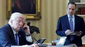 El presidente de Estados Unidos, Donald Trump, hablando por telefono con el presidente ruso.