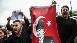 Partidarios del Partido Republicano del Pueblo sujetan una bandera de Mustafa Kemal Ataturk durante una manifestación