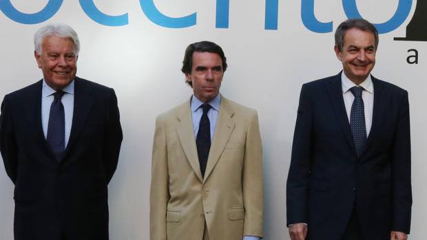 Rodríguez Zapatero, junto a González y Aznar, en el Foro Vocento, antes de partir hacia Venezuela