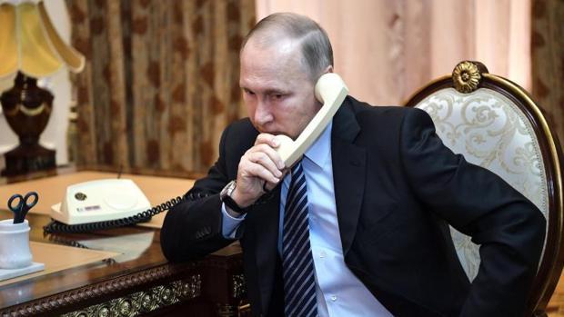 Vladimir Putin, presidente de Rusia, realiza una llamada telefónica