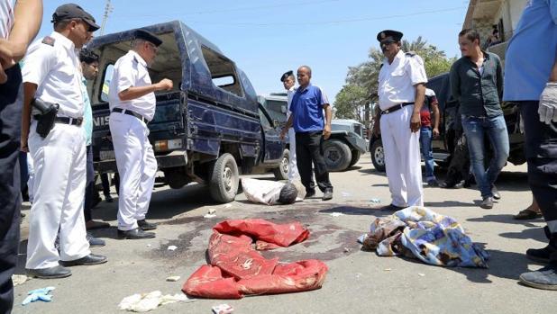 Varios policías inspeccionan la escena de un ataque terrorista en Al Badrashín (Egipto)