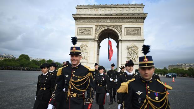 Francia celebra el 14 de Julio en plena polémica por los recortes en Defensa