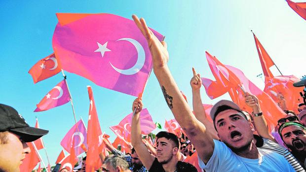 Cientos de miles de turcos arropan a Erdogan tras un año de represalias