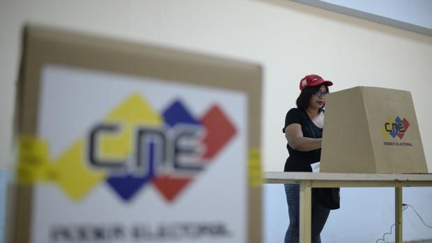 Una seguidora del régimen de Maduro vota en el ensayo electoral organizado por el CNE