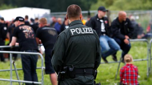 Un agente vigila en el Festival Rock Contra la Dominación Extranjera, en Themar