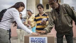 Ciudadanos asisten a la consulta popular del domingo 16 de julio de 2017 en Caracas