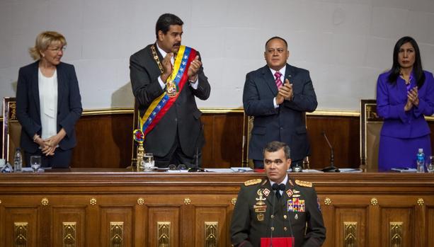 El presidente de Venezuela Nicolás Maduro, Diosdado Cabello y lJusticia Gladys Gutiérrez aplauden al general Vladimir Padrino (frente)