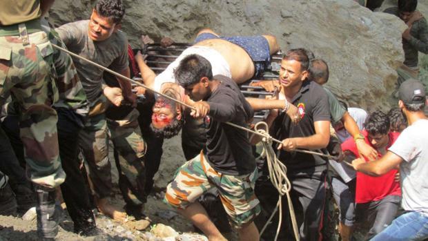 28 muertos y 6 heridos al caer un autobús por un precipicio en norte de India
