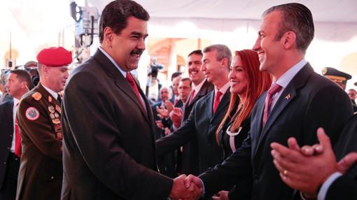 El presidente venezolano, Nicolás Maduro, saluda a Tareck El Aissami