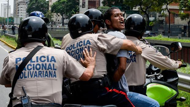 Un joven, detenido durante una protesta contra el Gobierno de Maduro el pasado año